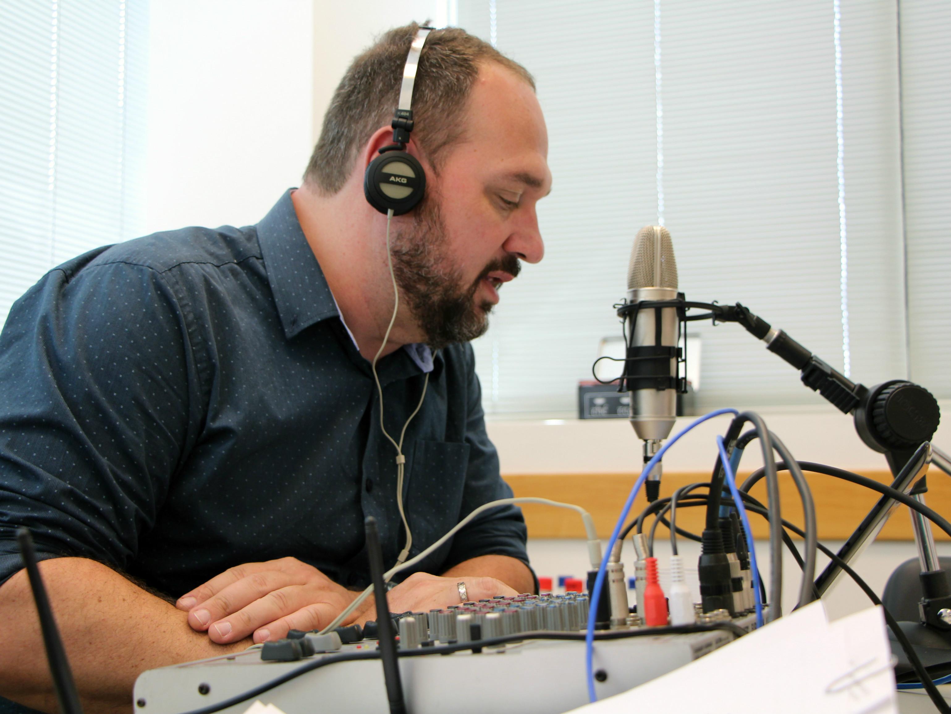Locutor e apresentador da Rádio Arquitetura, Alexandre Sebold.