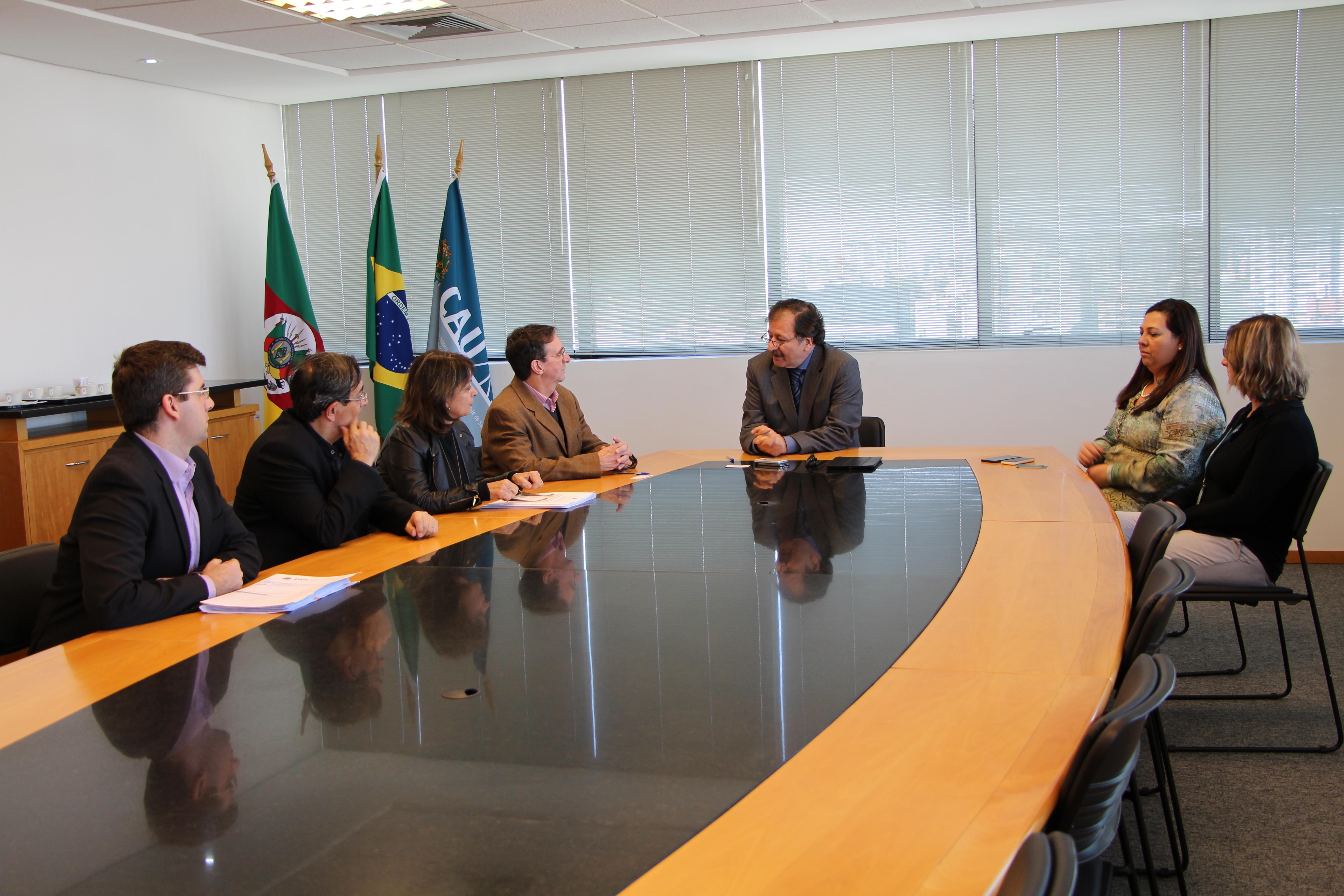 Jucergs e CAU/RS reunidos para a assinatura do documento.